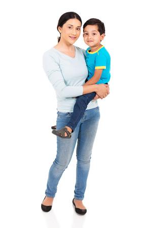 白い背景の上の彼女の息子を保持している非常にインドの女性