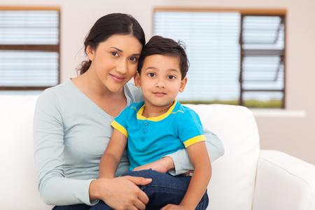 Retrato da mulher indiano da matriz e filho sentado em casa