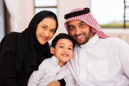 heureux de passer du temps de la famille musulman ensemble à la maison Banque d'images