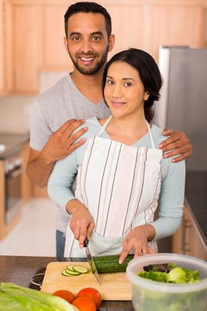 pareja de esposos: bella pareja india cocinar juntos en la cocina casera