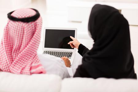 femmes muslim: vue de dos musulman quelques pointage à l'écran d'ordinateur portable