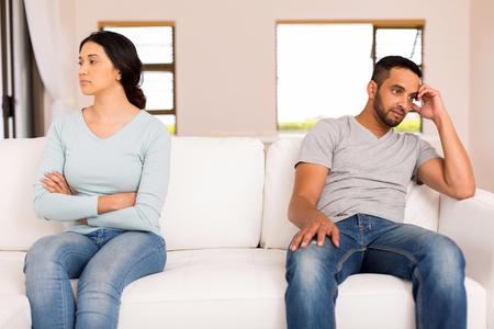 競合を家庭で持っている怒っているインド カップル