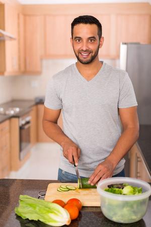 hombre cocinando: Hombre indio joven moderna cocina en cocina en casa Foto de archivo