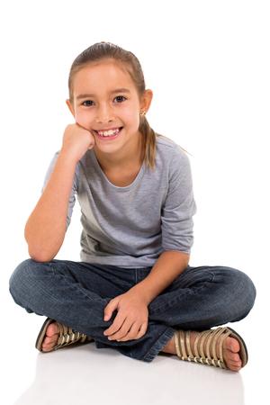 hübsches kleines Mädchen sitzt auf weißem Hintergrund