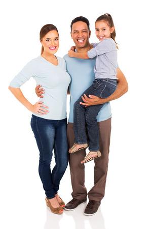 幸せ家族立って一緒に白い背景で隔離の肖像画