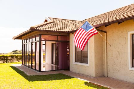 Schönes Haus mit der amerikanischen Flagge Standard-Bild - 50864707