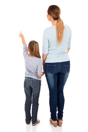 젊은 엄마와 딸 빈 공간을 가리키는 후면보기