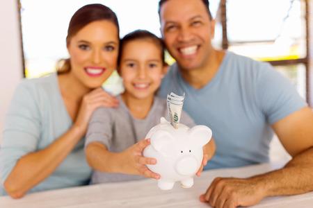 hermosa familia ahorrar dinero para un futuro mejor
