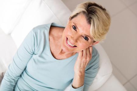 Draufsicht der Frau mittleren Alters Blick auf die Kamera Standard-Bild