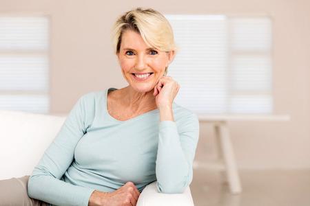 vejez feliz: bonita mujer de edad media de relajación en el hogar