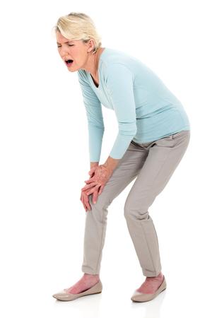 de rodillas: mujer de mediana edad con dolor en la rodilla aislado en blanco Foto de archivo