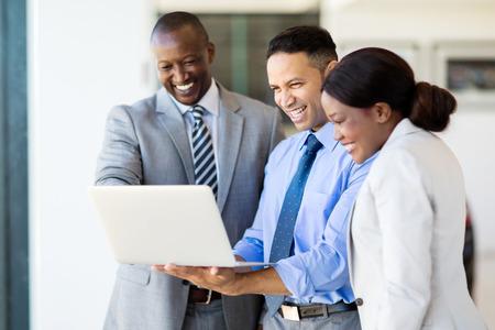 ラップトップ コンピューターを使用して、多民族の成功した実業家
