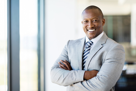 腕を組んだまま陽気なアフリカ系アメリカ人オフィス ワーカー