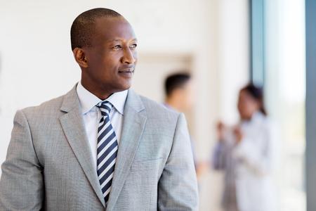 窓の外見ている思慮深いアフロ アメリカ実業家