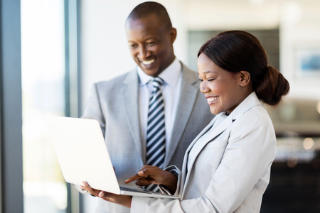 profissionais consultores de vendas de automóveis que trabalham no computador portátil dentro showroom veículo