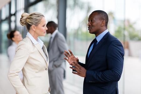Portrait der Geschäftsleute, die nach dem Treffen im Chat Standard-Bild - 54871171