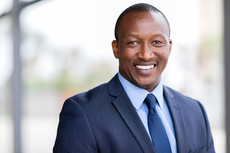 glücklich afrikanischen Geschäftsmann Nahaufnahme Porträt Lizenzfreie Bilder
