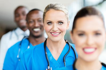 gruppo di operatori sanitari felici in fila