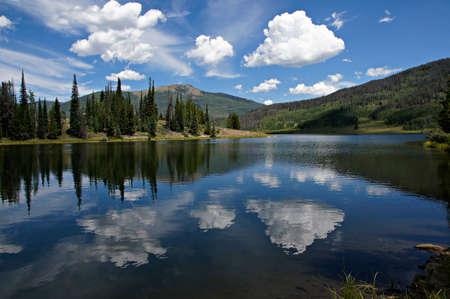 kwadrant: W tej scenie, po południu chmury odbijają się od ciemnoniebieskiego wodach Pearl Lake s Steamboat i Pearl Lakes Parki krajobrazowe znajdują się w Clark County, niedaleko północno-zachodniej ćwiartce Colorado południe od Wyoming Zdjęcie Seryjne