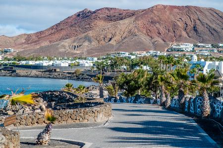 playa blanca: Montana Roja bihind Playa Blanca, Lanzarote Stock Photo