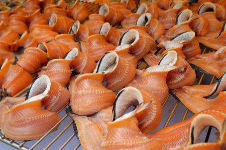 Veel van rauwe gestreepte slangenkopvissen op het rooster Stockfoto