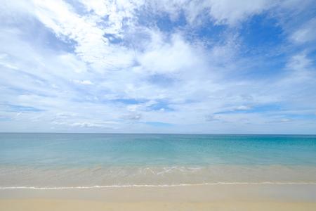 Spokojny i czysty widok na morze turkusowej wody w pochmurny dzień błękitnego nieba