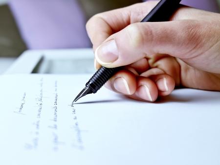 persona escribiendo: Fotograf�a de primer plano de la mano de una mujer a punto de escribir