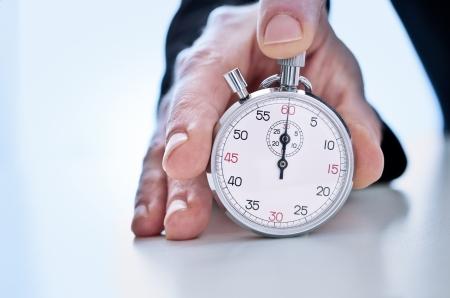 competitividad: Fotograf�a de la mano que muestra un cron�metro Foto de archivo