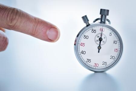 cronógrafo: Fotografía que muestra un dedo apuntando con un cronómetro Foto de archivo