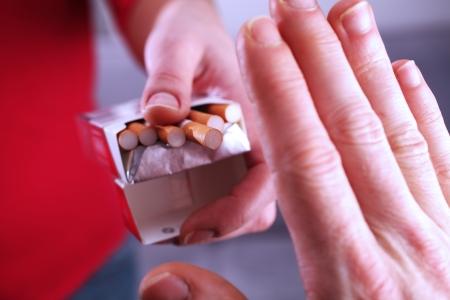 no fumar: Primer punto de vista que muestra una persona que se niegue un cigarrillo y haciendo una se�a con la mano Foto de archivo