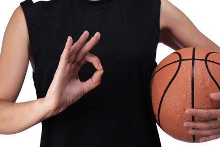 balon baloncesto: fotograf�a de un jugador de baloncesto haciendo el signo de que todo est� bien Foto de archivo