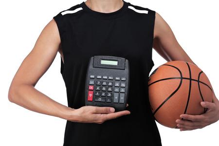 balon baloncesto: fotograf�a de un jugador de baloncesto que sostiene una calculadora