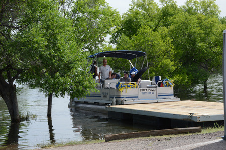 chatfield: boat shuttle taking people to marina Stock Photo