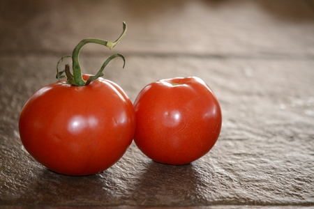 twin tomaten op tegel Stockfoto