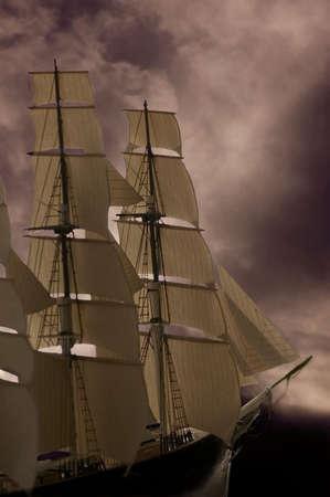 mares: Un barco de vela en alta mar tormentoso. Buena foto para el concepto de negocio.