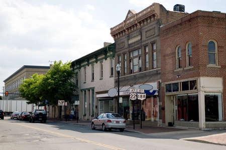 naar beneden kijken: Een blik in de Main Street van een kleine stad in het middenwesten van de Verenigde Staten