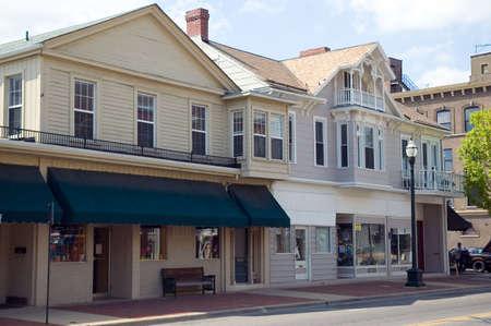 naar beneden kijken: Een blik in de Main Street van een kleine stad in het middenwesten van de Verenigde Staten Kleine winkels in historische gebouwen.