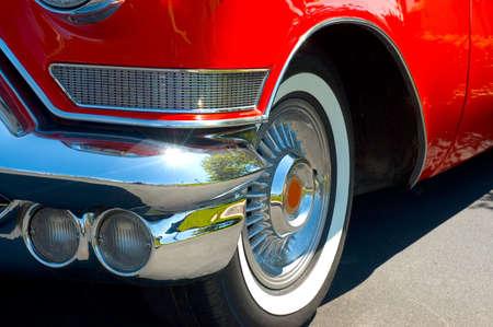 Vieille voiture avec beaucoup de style. Pare-chocs en chrome et en détail et Big Fat whitwall pneus. Ils ne pas les rendre plus comme ceci. Rechercher voiture pour plus de photos dans ma galerie.  Banque d'images - 445404