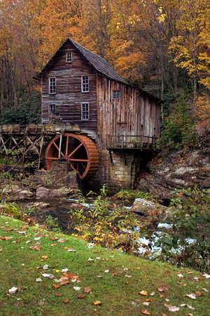 grist: Bella ottobre colorato autunno colori circondano la Glade Creek Grist mulino in West Virginia. Una destinazione molto popolare per il turismo in autunno. Uno dei pi� di questo mulino ho nella mia galleria.