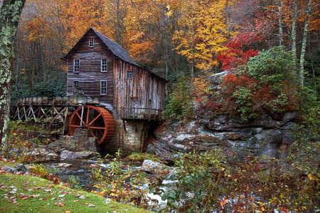 Octubre hermoso colorido otoño colores rodean el Glade Creek Grist fábrica en West Virginia. Un destino muy popular para el turismo en el otoño. Uno de los varios de este molino que tengo en mi galería.  Foto de archivo - 586636