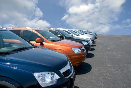 Nuevo uso eficiente del combustible SUV's en un lote de automóviles para la venta.  Foto de archivo - 1297311
