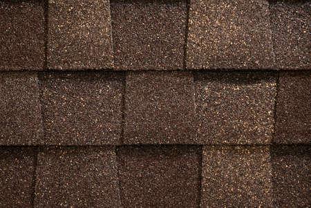 shingles: Un primer de las ripias entonadas marrones del material para techos del asphlat del estilo arquitect�nico.