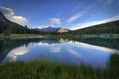 Die unglaubliche blaue Wasser des Cascade Ponds im Banff Nationalpark in Alberta, Kanada Standard-Bild - 10472057