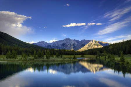 밴프 국립 공원 캐나다에서 밴프 근처 캐스케이드 연못에 물에 반사. 이 그림 연못은 록키 산맥에 둘러싸여있다. 스톡 콘텐츠