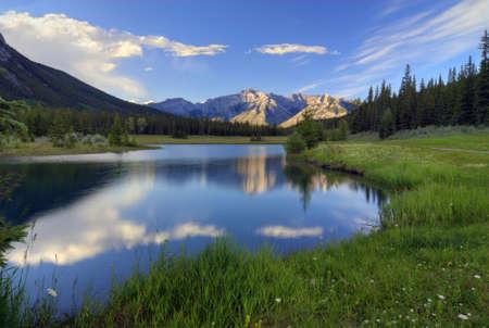 Reflections in Cascade Ponds der Nähe von Banff im Banff Nationalpark Kanadas. Diese malerische Teiche werden von den Rocky Mountains umgeben. Standard-Bild
