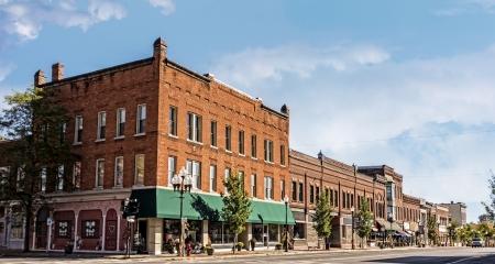 Une photo d'une petite ville typique principal streetin États-Unis d'Amérique. Caractéristiques vieux bâtiments de brique avec restaurants et boutiques spécialisées. Décoré avec décor automne. Banque d'images