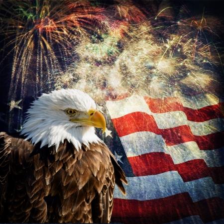 Samengestelde foto van een Bald Eagle met een vlag en vuurwerk op de achtergrond Gegeven een grunge overlay voor het een mooi oud effect Leuk patriottische voor Independence Day, Memorial Day, Veterans Day en Presidents Day