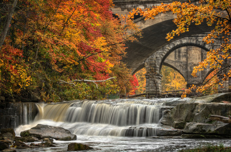 Berea Falls Ohio during peak fall colors. This cascading waterfall looks it Reklamní fotografie