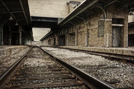 세피아 톤으로 처리 오래된 기차역 저장소의 철도 트랙의 소박한 유적 아래를 내려다 보면서.