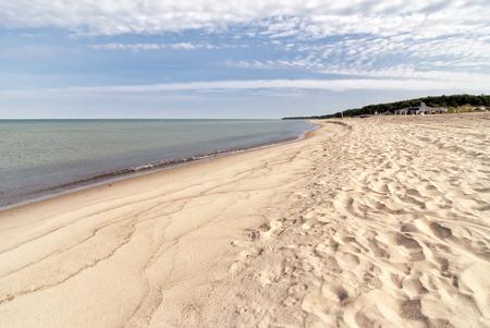 Looking down the white sand beach on Lake Michigan near St. Joesph Michigan.  版權商用圖片